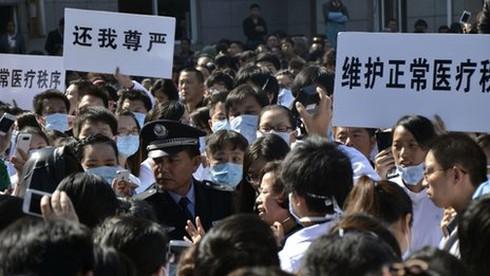 Trung Quốc báo động tình trạng hành hung y bác sĩ - ảnh 1