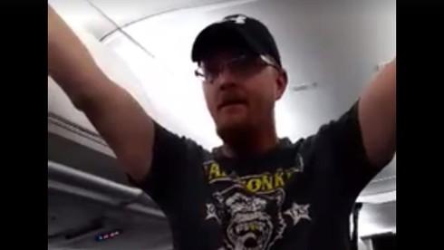Chửi rủa phụ nữ trên máy bay, người ủng hộ Trump bị cấm bay cả đời - ảnh 1