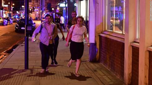 Nóng: Tấn công liên tiếp ở ngay trung tâm thủ đô London, Vương quốc Anh - ảnh 2