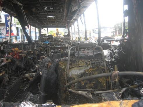 Xe chở 30 khách bốc cháy sau khi nổ lốp - ảnh 2