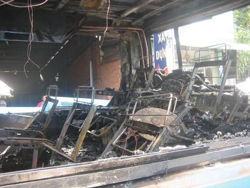 Xe chở 30 khách bốc cháy sau khi nổ lốp - ảnh 3