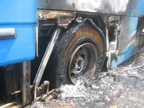 Xe chở 30 khách bốc cháy sau khi nổ lốp - ảnh 4