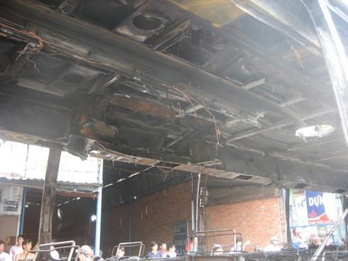 Xe chở 30 khách bốc cháy sau khi nổ lốp - ảnh 5
