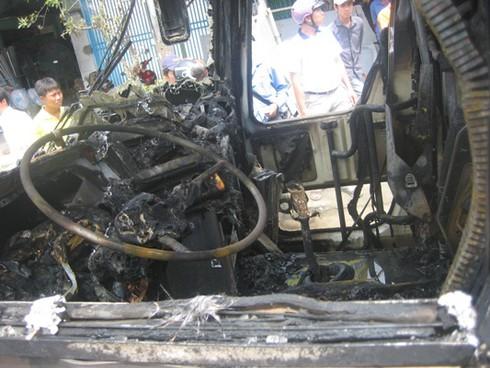 Xe chở 30 khách bốc cháy sau khi nổ lốp - ảnh 6