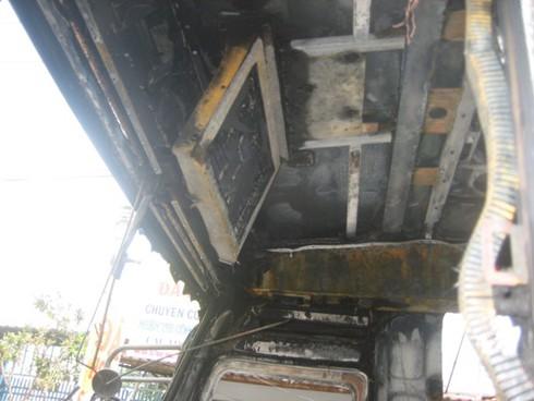 Xe chở 30 khách bốc cháy sau khi nổ lốp - ảnh 7