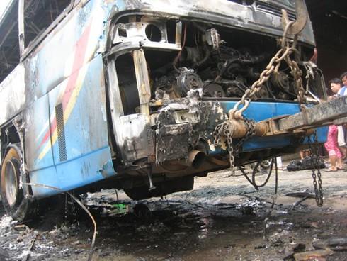 Xe chở 30 khách bốc cháy sau khi nổ lốp - ảnh 8