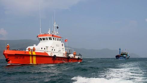 Cứu tàu cá với 12 thuyền viên bị nạn ngoài khơi Nha Trang - ảnh 1