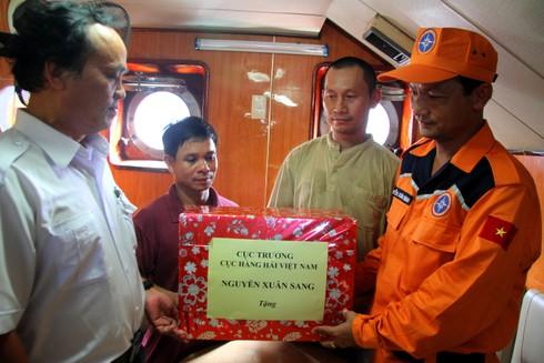 Cứu tàu cá với 12 thuyền viên bị nạn ngoài khơi Nha Trang - ảnh 6