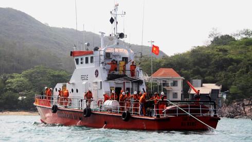 Cứu tàu cá với 12 thuyền viên bị nạn ngoài khơi Nha Trang - ảnh 5