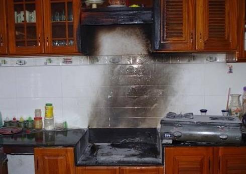 Xịt thuốc diệt gián ngay gần bếp có gây cháy nổ? - ảnh 1