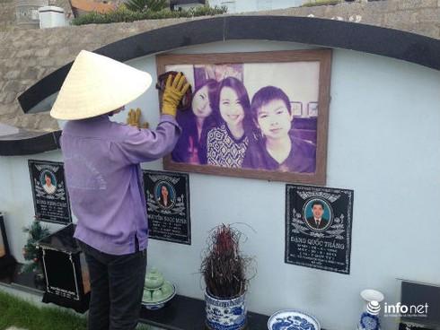 Lặng lẽ bước qua phần mộ gia đình nạn nhân Mh17 - ảnh 1