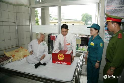 Cử tri ngồi tại giường bệnh bỏ phiếu bầu cử - ảnh 10