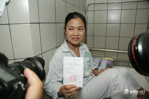 Cử tri ngồi tại giường bệnh bỏ phiếu bầu cử - ảnh 5
