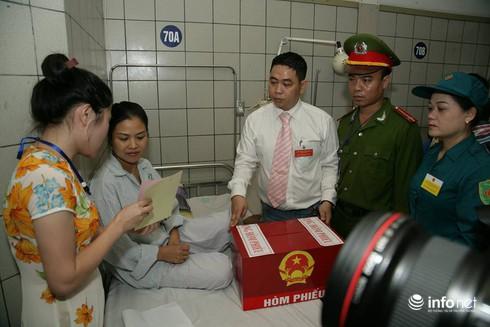 Cử tri ngồi tại giường bệnh bỏ phiếu bầu cử - ảnh 6