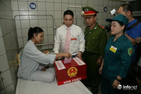 Cử tri ngồi tại giường bệnh bỏ phiếu bầu cử - ảnh 7