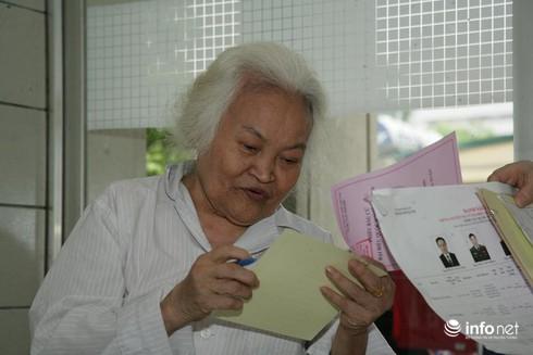 Cử tri ngồi tại giường bệnh bỏ phiếu bầu cử - ảnh 9