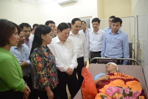 Bộ trưởng Bộ Y tế thăm hỏi bác sĩ bệnh viện Thạch Thất bị hành hung - ảnh 1