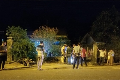Thanh niên chết trong vườn, xe máy nát vụn ngoài hàng rào sau tiếng 'rầm'
