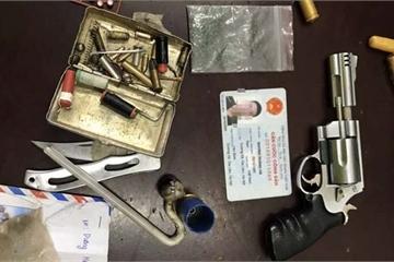 Bị phát hiện giấu súng côn quay, dao nhọn trong người vì không đội mũ bảo hiểm