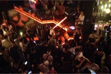 Kiểm tra bất ngờ các quán bar ở quận Hoàn Kiếm, phát hiện hơn 10.000 quả bóng cười