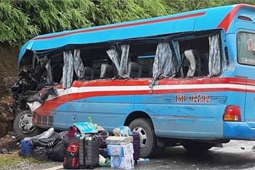 """Tuyên Quang: Xe khách """"đóng đinh"""" với xe đầu kéo, hơn 10 người nhập viện"""