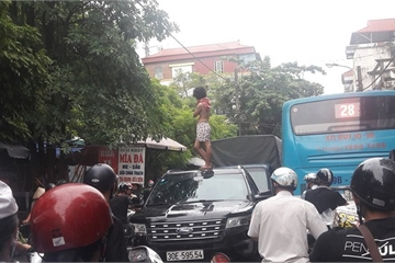 Cô gái cởi đồ nhảy múa trên nóc xe ô tô trên phố Hà Nội bị thần kinh