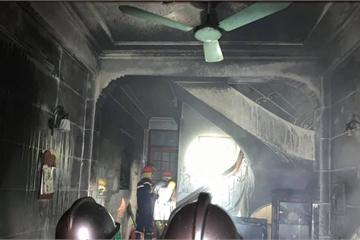 """Bà hỏa """"hỏi thăm"""" ngôi nhà ở Hà Nội trong đêm, 6 người may mắn thoát chết"""