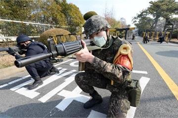 """Quân đội Hàn Quốc """"căng như dây đàn"""" vì bị virus corona len lỏi vào 3 quân"""