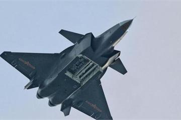 """J-20 với tên lửa PL-15 """"ăn đứt"""" các loại máy bay tàng hình của Mỹ?"""