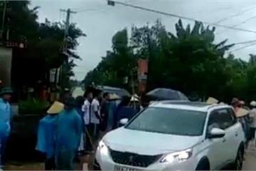 Thanh Hóa: Hàng trăm người dân vây nhóm người lạ phá cổng làng