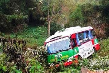 Nghệ An: Đối đầu với xe đầu kéo, xe buýt lao xuống vực sâu