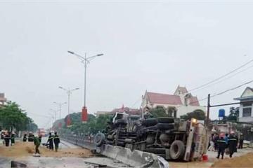 Nghệ An: Xe bồn lật trên QL1A, hàng ngàn lít xăng tràn ra đường