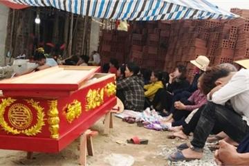 Bị đánh tử vong, người thân mang xác đến nhà chủ nợ yêu cầu làm rõ