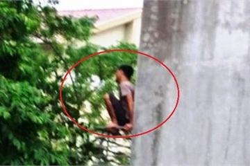 Thanh niên dùng dao chặt đứt cổ gà rồi trèo lên ban công nhảy múa