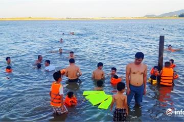 """Nghệ An: Sông Lam, kênh thủy lợi biến thành """"bể bơi"""" ngoài trời cho trẻ"""