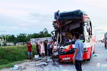 Nghệ An: Xe du lịch tông vào đuôi container, 3 người thương vong
