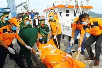 Đưa thi thể tìm thấy gần tàu cá Nghệ An bị chìm về bờ để nhận dạng