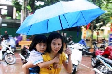 Nghệ An: Phụ huynh cõng con vượt lũ đến trường khai giảng năm học mới