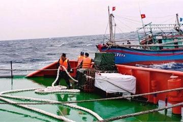 Nghệ An:9 ngư dân lênh đênh trên biển khi tàu hỏng máy đã được cứu sống kịp thời