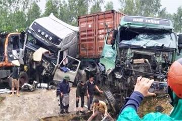 Nghệ An: 2 xe tải đâm nhau kinh hoàng, 3 tài xế bị thương nặng, quốc lộ ùn tắc