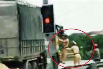 Clip: 2 chiến sỹ CSGT đu bám bên cabin chiếc xe tải đang chạy ở Nghệ An