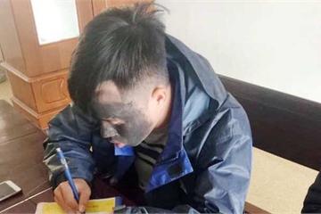 Thanh niên mặt đen bí ẩn đóng giả ăn xin trước cổng trường học ở Nghệ An