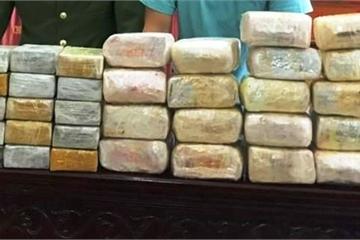 Nghệ An: Bắt 5 đối tượng người Lào, thu giữ 30 bánh heroin và 18kg ma túy đá