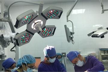 Trong khi bác sĩ mổ não bệnh nhân vẫn hát quốc ca và nói chuyện