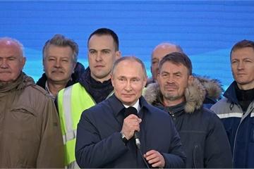 Tổng thống Putin khai trương phần đường sắt và đích thân đi tàu qua cầu Crimea