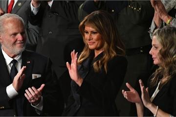 Mặc đẹp, nhưng tại sao trang phục của bà Melania Trump vẫn bị soi mói?