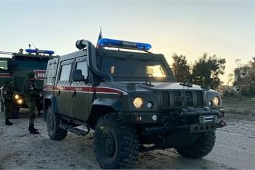 """Phiến quân dùng """"lá chắn sống"""" khiêu khích đoàn xe tuần tra chung Nga - Thổ Nhĩ Kỳ"""