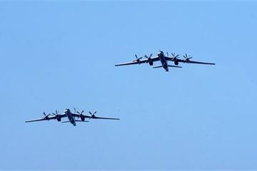 """Cận cảnh chiến đấu cơ Nhật Bản """"tung cánh"""" hộ tống máy bay ném bom Tu-95MS của Nga"""
