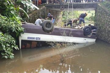 Quảng Nam: Đánh lái tránh xe tải, xe khách lật ngửa dưới suối