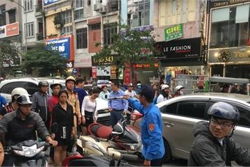 Hà Nội: Đang dừng đèn đỏ bị ô tô đâm hàng loạt